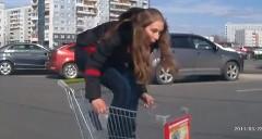 ショッピングカートで遊んでいた少女が車にぶつけて速攻で逃げちゃう動画