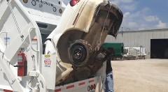 衝撃!クルマを飲み込んでいくゴミ収集車