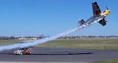 ドリ車 vs スタント飛行機 ド迫力のコラボレーション動画