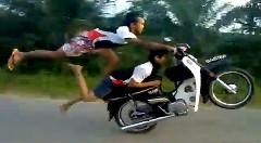 軽装でクレイジーなバイクスタントをやっちゃう動画
