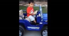 睡魔と戦いながらキッズカーを運転する男の子の動画
