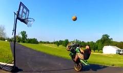 バイクに乗ってウイリーしながらシュートしちゃうウイリーバスケ動画