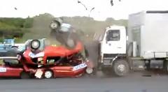 大型トラックの破壊力がよくわかる動画