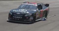 NASCARマシンがジャッキ付けたまま走っちゃった動画