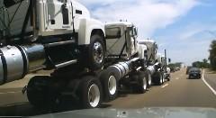トラック4台を連結して一気に運んじゃう動画