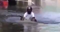 洪水をものともせず走るバイクにびっくりしちゃう動画