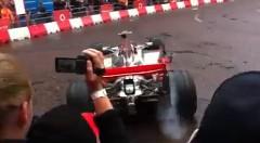 目の前でF1マシンにエンジンをふかされちゃう動画