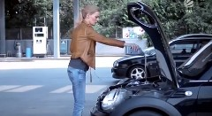 ブロンド美女がオイルとガソリンの給油をやってみました