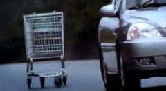 恐怖!ショッピングカートが襲ってくるキアの面白CM