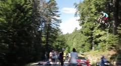 クレイジーマウンテンバイカーがツール・ド・フランスのコース上を飛び越えちゃう動画