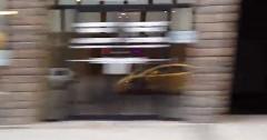 都会の窓に映る黄色いランボルギーニを眺めるだけの動画
