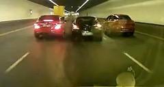 あぶね!高速道路を爆走するヒュンダイとベンツがクラッシュしそうになっちゃう動画