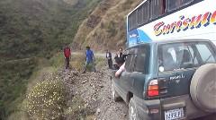 ユンガスの道でバスとすれ違うトヨタ RAV4 にハラハラドキドキしちゃう動画