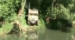 深い川をものともせずに走るワイルドオフローダーの動画