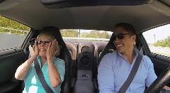 700馬力 GT-R の助手席におばあちゃんを乗せてゼロ加速を体験させてみた動画
