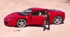 ガキんちょが砂の上でフェラーリ 458 イタリアを乗り回しちゃう動画
