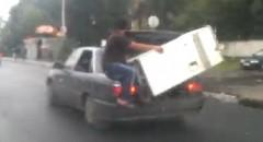 セダンで無理やり冷蔵庫を運んじゃうおもロシアン動画