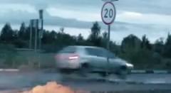 スピードバンプを通過する車を観察してみた動画
