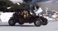 凍った湖で4輪バギーを走らせてはいけませんっていう動画