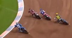 ダートオーバルコースを終始ドリフトで駆け抜けるバイクレース動画