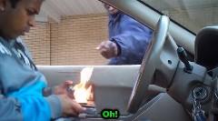 道を尋ねて財布を燃やしちゃうイタズラ動画