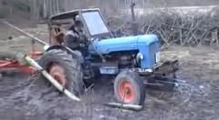 この手があったか!スタックしたトラクターを簡単に脱出させちゃう動画
