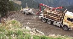 超狭い場所で方向転換するスゴ技トラックの動画