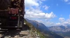 絶景だけど車幅ギリギリの山道を走るトラックのお仕事動画