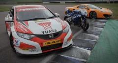 一番速いのはどれだ!?スーパーカー vs レーシングカー vs スーパーバイク サーキット対決動画