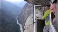 崖の山道を走る車が怖すぎる動画
