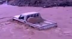 濁流の川を平然と渡っちゃうピックアップトラックの動画