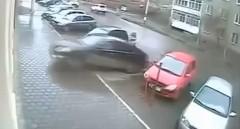 運転が下手すぎる女ドライバーが駐車場でクラッシュしちゃう動画