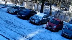 確率5分の1のアクシデントに襲われた気の毒な車の動画