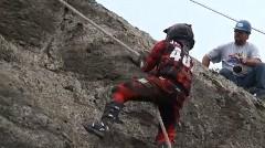 バイクで急角度の崖を駆け上がっちゃうヒルクライム競技のハイライト動画