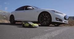 テスラ モデルS vs ラジコンカー 電動カー同士の加速対決動画