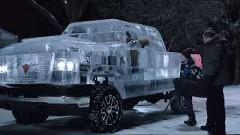 氷のボディをまとったピックアップトラックを作ってみた動画