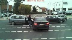 せっかちなBMWが交差点でやっちまった動画