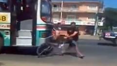 あっぶね!バス vs チャリンカー危機一髪動画