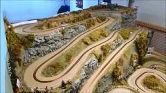 リアルな峠風コースを走るスロットカーの動画