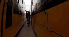 チャリンコで路面電車の間をすり抜けちゃう動画