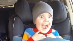 表情の変化がとってもカワイイ!パパのドリフトを体験して大喜びしちゃう幼児の動画