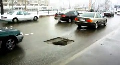 道路にぽっかり空いた穴に被害車続出動画