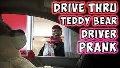 ドライブスルーでテディベアがナンパしちゃう動画