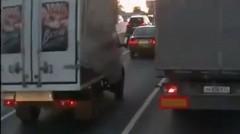 ノリノリなトラックが走ってる動画