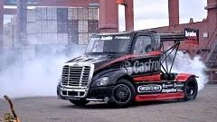 セミトラックが240SXとツインドリフト&大ジャンプしちゃう超絶ジムカーナ動画 SIZE MATTERS 2