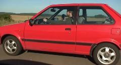 日産 初代マーチ vs BMW M6 V10 加速対決動画