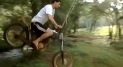 天才現るwwwブランコとバイクを融合させた新エクストリームスポーツを発明したぜっていう動画