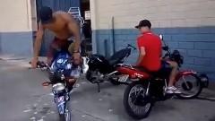 超カッコイイバイクの駐車方法がわかる動画