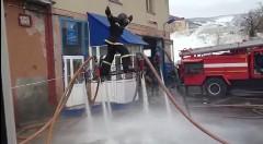 これは楽しそう!消防士ならではの水遊び動画
