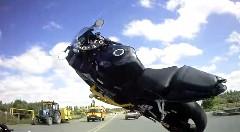 バイクが160km/hでウイリーして転んじゃう動画